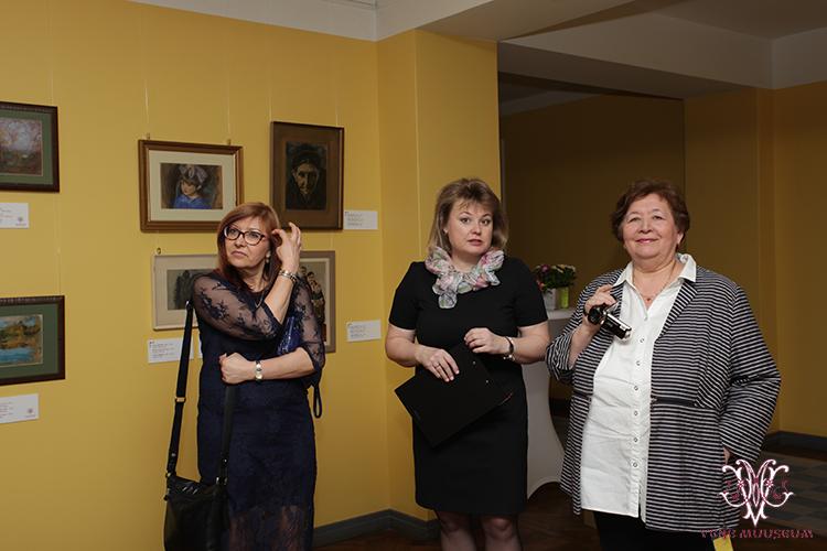 MTÜ Vene Muuseumi juhatuse liige Irina Budrik, Ivan Sokolovi kunsti uurija Nadezhda Valk ning kunstniku lapselaps Aljona
