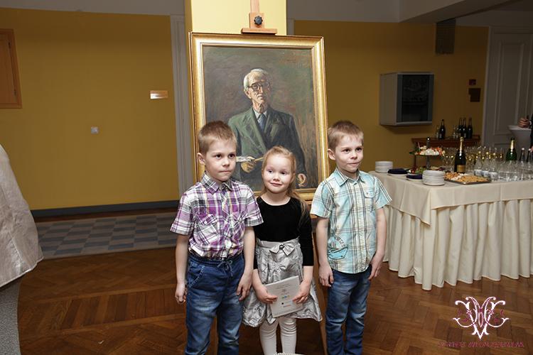 Kunstniku perekonna noorimad liikmed olid samuti kohal, et vaarvanema kunsti nautida ning Riigikoguga tutvuda.